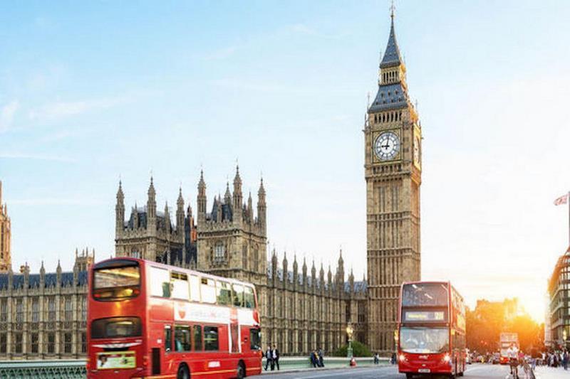 Tháp đồng hồ Big Ben nổi tiếng nhìn từ xa