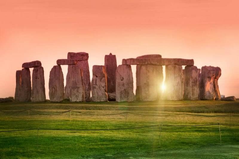 Stonehenge với những khối cự thạch lớn xếp lại